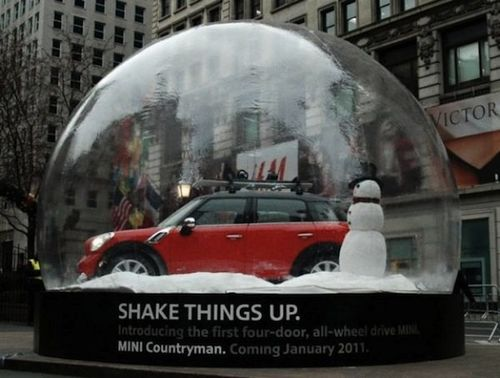 Mini-countryman-herald-square-outdoor-snow-globe-macys-boule-à-neige-voiture-car-4-600x454-e1292502810769